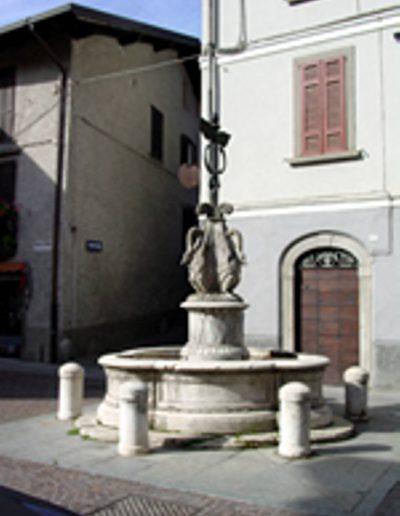 La fontana nella piazza di Capo di Ponte.